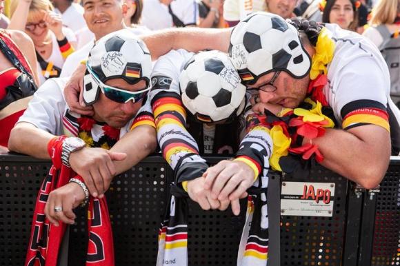 Hinchas teutones lamentan la eliminación de Alemania en fase de grupos. Foto: EFE