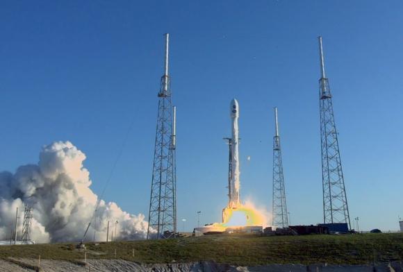SpaceX, la compañía de Elon Musk, quiere poner en órbita satélites para ofrecer servicios de internet. Foto: AFP
