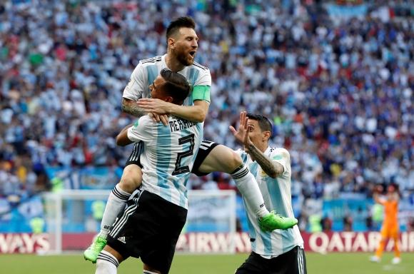 Messi y Mercado festejan el gol. Foto: REuters