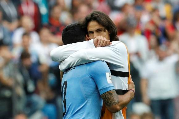 Suárez y Cavani se abrazan tras la eliminación. Foto: Reuters.