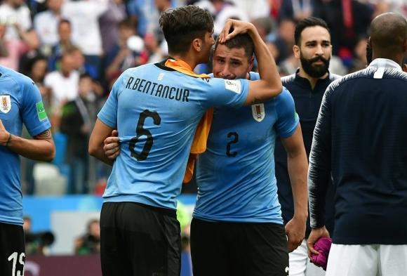 El abrazo de Rodrigo Bentancur a José María Giménez. Foto: Nicolás Pereyra