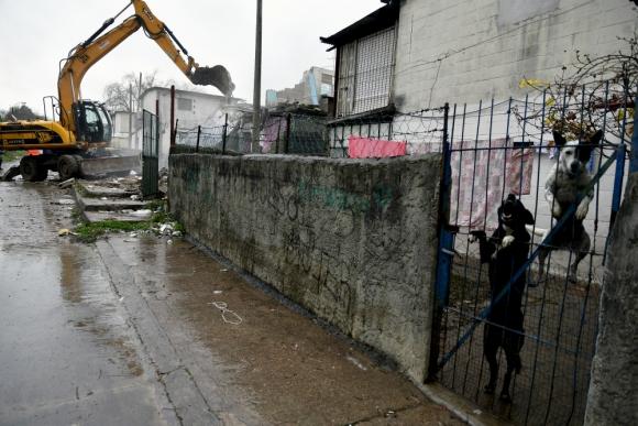 Aviso: vecinos de las viviendas linderas fueron avisados días antes de la demolición. Foto: Fernando Ponzetto.