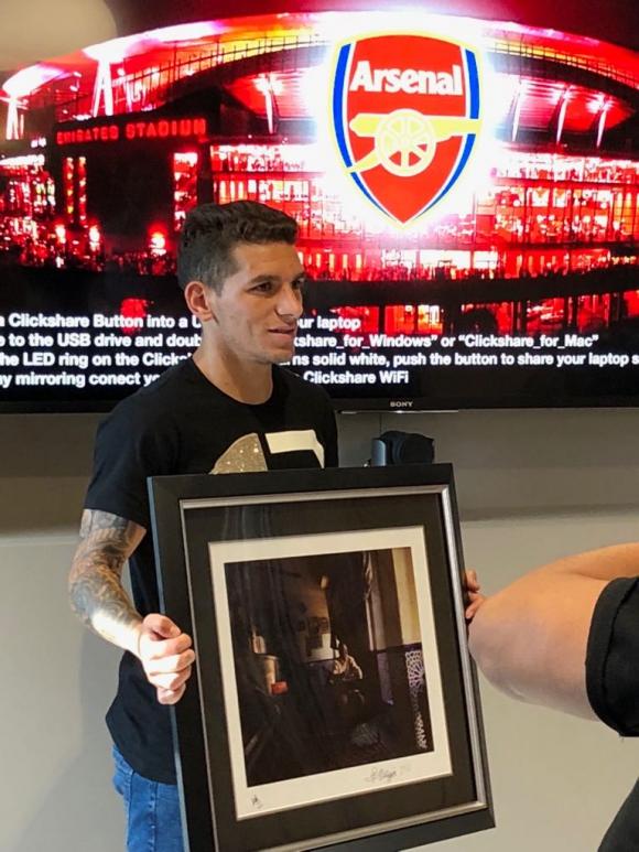 Lucas Torreira con el cuadro de Alcides Ghiggia.