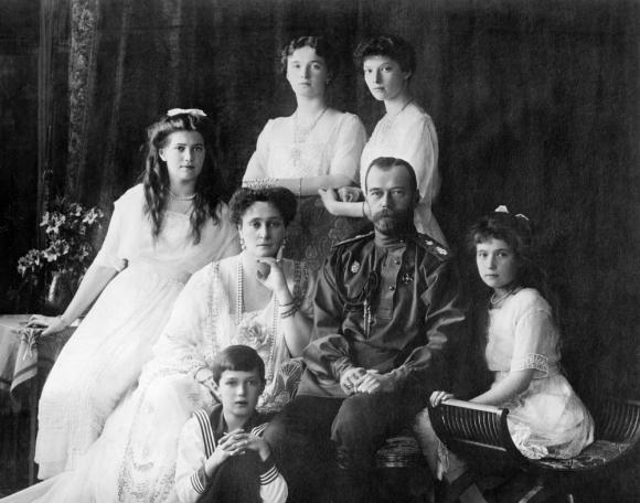 Zares: Nicolás II con su familia en su época de reinado en Rusia.