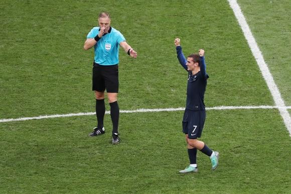 Antoine Griezmann festejando mientras Néstor Pitana pita el final de de la final entre Francia y Croacia. Foto: EFE