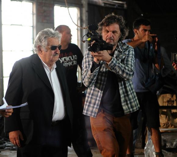Kusturica filma a Mujica durante la inauguración de la escuela agraria de Rincón del Cerro. Foto: AFP.