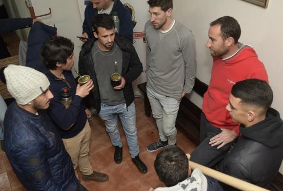 Los directivos de la Mutual Uruguaya de Futbolistas Matías Pérez, Danilo Lerda y Michael Etulain reunidos con más jugadores. Foto: Marcelo Bonjour