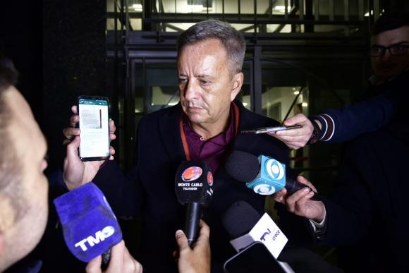 Julio Ríos mostrando un mensaje de Wilmar Valdez. Foto: Fernando Ponzetto