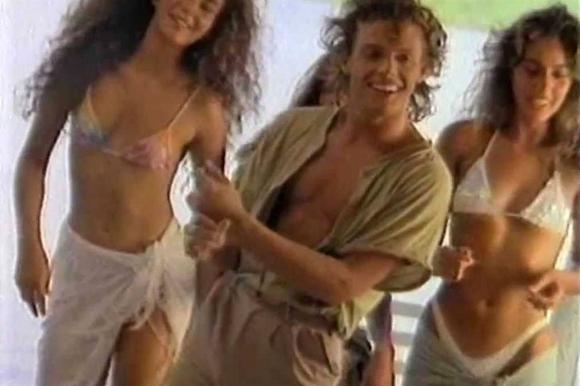 Luis Miguel en el clip de Cuando calienta el sol (Captura)