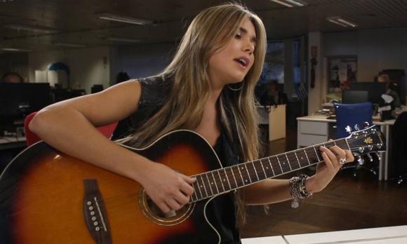 Meri Deal cantó Hallelujah en la redacción de El País.