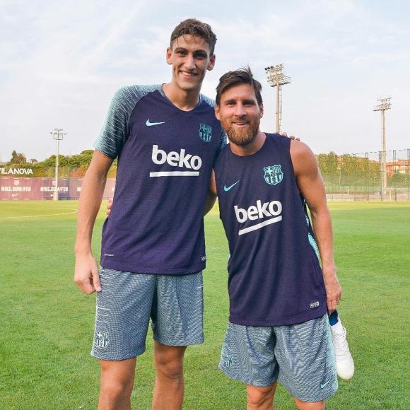 Santiago Bueno y Lionel Messi. Foto: @santibuenoo