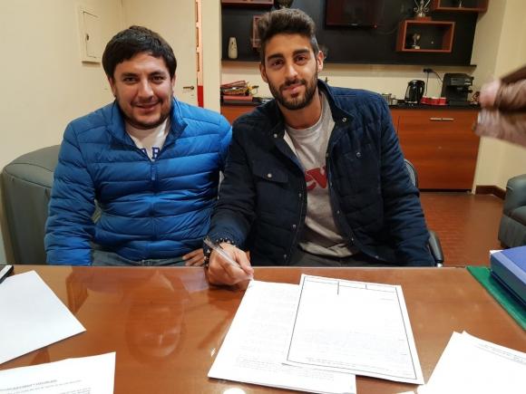 Hernán Petryk firmando su contrato con el club tucumano. Foto: Prensa San Martín de Tucumán.