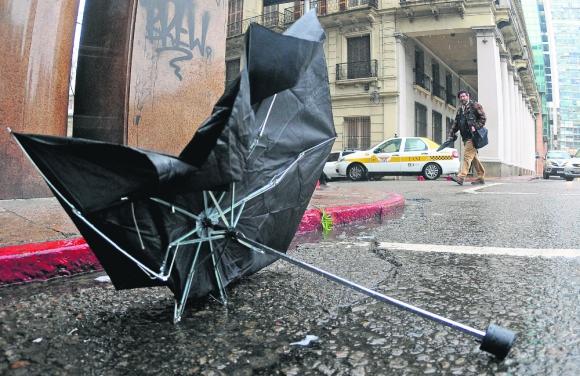 Prevención: los paraguas no servirán de mucho si se confirman pronósticos del Inumet. Foto: Fernando Ponzetto