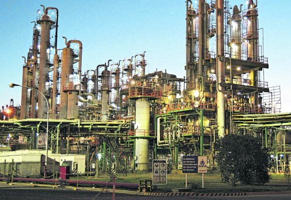 Carboclor: la petroquímica abandonó su actividad industrial y se dedicó a proveer servicios logísticos; posee un puerto en Campana. Foto: carboclor.com.ar