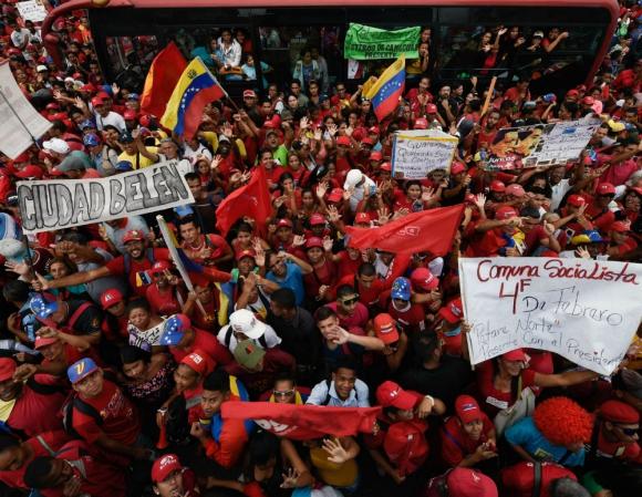 Chavistas. militantes del partido oficialista en Venezuela salieron a las calles ayer a apoyar a Maduro. Foto: AFP