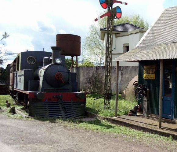 Una locomotora en el museo de coches antiguos y máquinas reconstruidas. Foto: Hotel Museo y Restaurant Fordt City