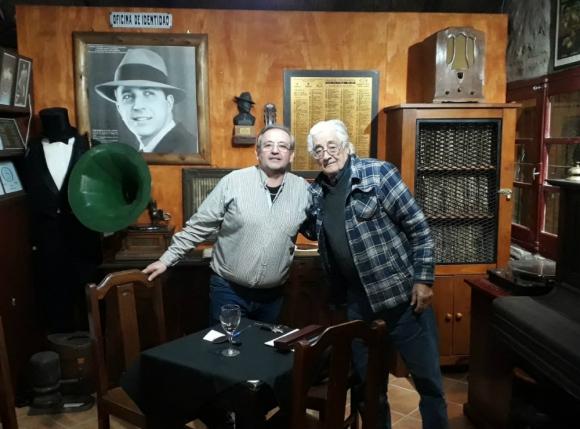 Posan el artífice del museo temático, Félix Eduardo Custodio, y el coleccionista de discos Elton de Moraes. Foto: Hotel Museo y Restaurant Fordt City
