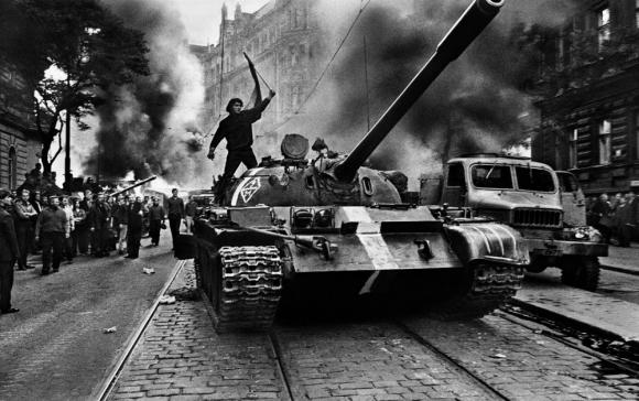 Praga. Tanques soviéticos durante la invasión a la capital checa. Foto: Josef Koudelka.