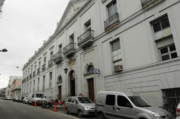 El lugar. El histórico edifico del Hospital Maciel, donde varios médicos recién egresados robaron material para usarlo en un festejo. Foto: Francisco Flores.