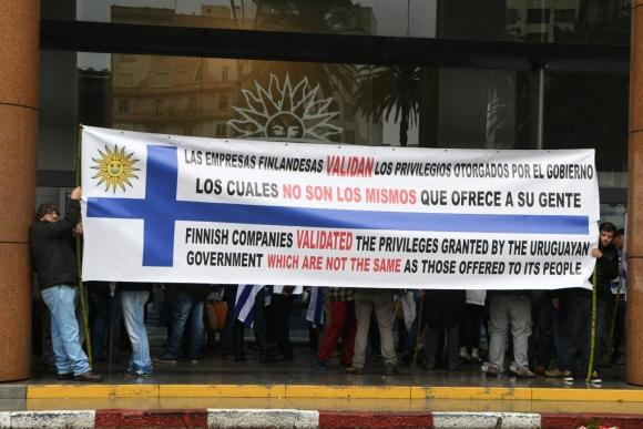 Manifestación frente a Presidencia contra segunda planta de UPM. Foto: Darwin Borrelli