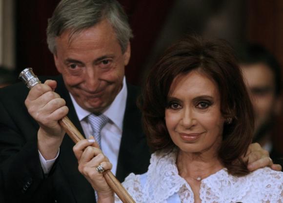 Historia: Cristina Fernández recibe el mando presidencial de su marido, Néstor Kirchner, el 10 de diciembre de 2007, en la Casa Rosada. Foto: AFP