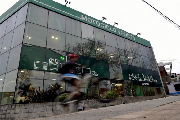 Motociclo. los locales tienen a la venta la poca mercadería que les queda, porque los proveedores les cortaron las ventas a la empresa. Foto: Fernando Ponzetto