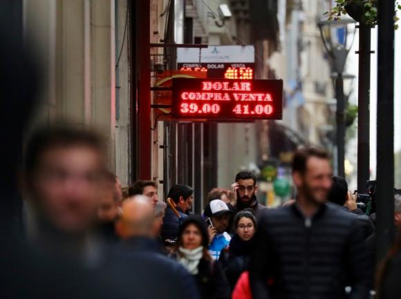 La Argentinidad al Palo: el dólar en el vecino llegó a cotizar a 41 pesos argentinos ayer, aunque luego se moderó un poco. Foto: Reuters