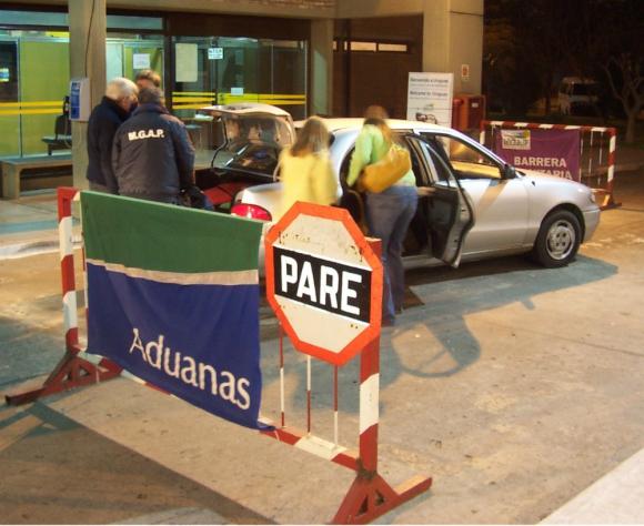 Se están instalando carteles que recuerdan que los funcionarios serán estrictos en permitir dejar cruzar hasta 5 kilos por persona. Foto: archivo El País