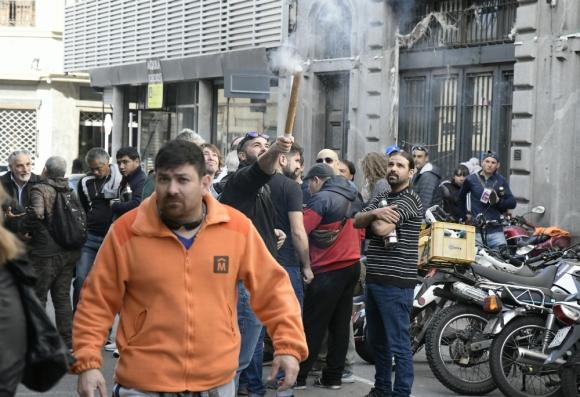 Reclamo: los trabajadores se hicieron sentir con bombas de estruendo ante la sesión de los ediles. Foto: Leonardo Mine