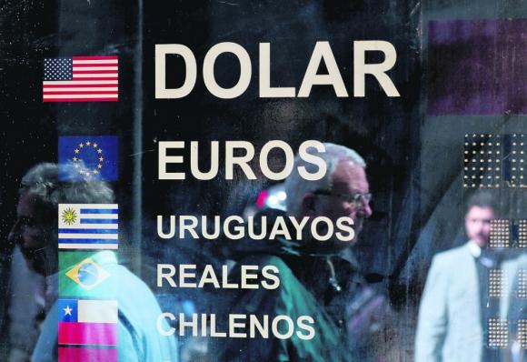Corrida Cambiaria: en Argentina se intensificó, lo que generó una avidez por adquirir dólares de este lado del río y el BCU intervino. Foto: Reuters