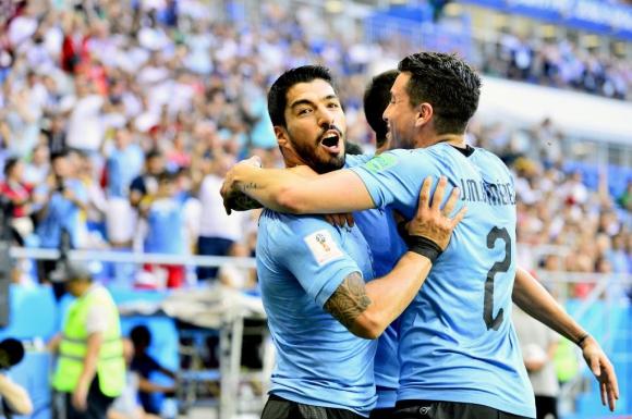 Luis Suárez y José María Giménez festejando gol de la selección de Uruguay