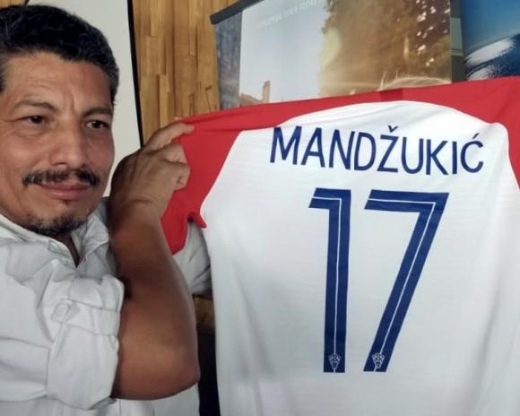 Yuri Cortez con la camiseta de Mario Mandzukic. Foto: @YuriYurisky