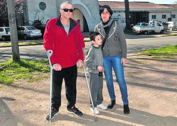 Pacientes: Enrique, Josuah y Jimena frente al Complejo Belloni. Foto: Francisco Flores