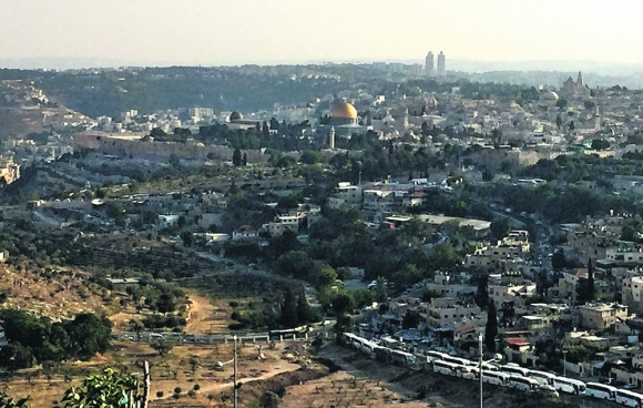 Perspectiva: una vista de la ciudad antigua de Jerusalém, donde destaca la muralla y la mezquita de la Cúpula Dorada. Foto: El País