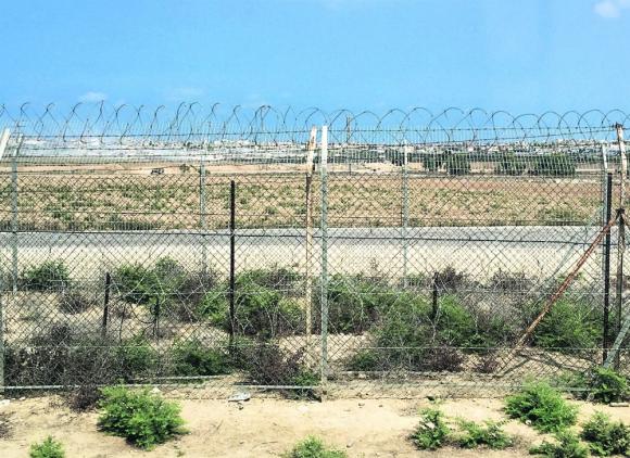 Frontera: la cerca de alambre separa el kibbutz de Nachal Oz de la Franja de Gaza, bajo control del grupo Hamas. Foto: El País