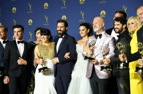 Ryan Murphy y el elenco de American Crime Story: Versace con su premio a mejor miniserie