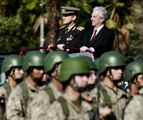 Resultado de imagen para imagenes de oficiales FFAA uruguay