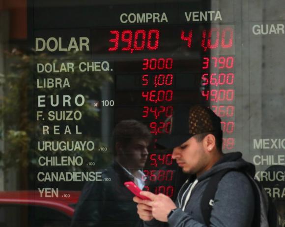 Otra tendencia: en contraposición a lo ocurrido en los últimos días, ayer en Argentina el billete verde cayó 3,8% y cerró en 40,5 pesos. Foto: Reuters