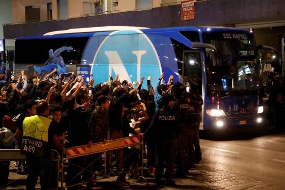Los hinchas de Napoli recibiendo el ómnibus del equipo