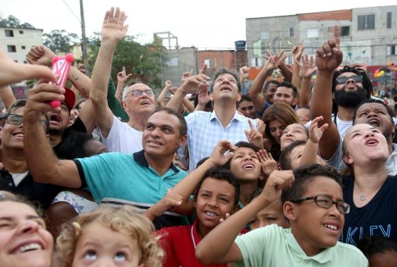 Fernando Haddad participa, en San Pablo, de un encuentro con grupos vinculados con la cultura como parte de su movilización. Foto: Reuters