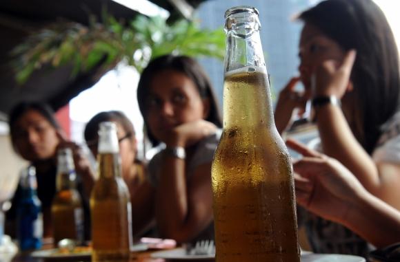 La cerveza es una de las bebidas más preferidas por los jóvenes. Foto: AFP