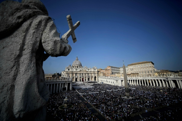 Una multitud acompañó ayer las canonizaciones. Foto: AFP