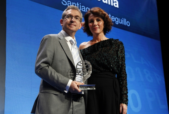 Santiago Posteguillo con su premio Planeta. Foto: Arduino Vannucchi, gentileza Editorial Planeta