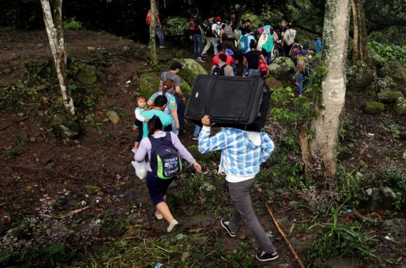 Guatemala: hondureños en la selva tras cruzar el río Lempa. Foto: Reuters