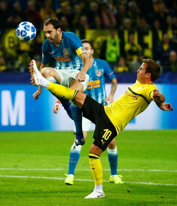 El capitán Diego Godín marcando a Mario Götze en el Atlético de Madrid vs. Dortmund