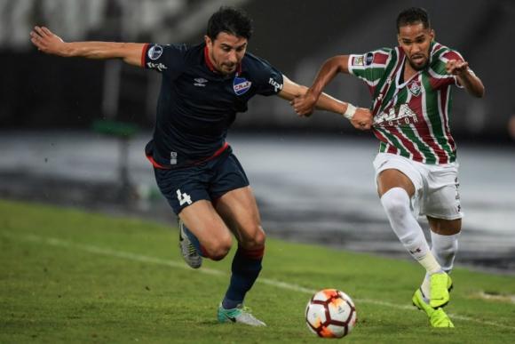 Jorge Fucile impidiendo el desborde del extremo de Fluminense