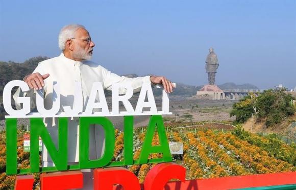 El primer ministro indio, Narendra Modi, posa cerca de la Estatua de la Unidad, en Gujarat (India). Foto: EFE