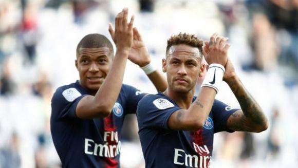Neymar y Mbappé aplaudiendo a los hinchas del PSG