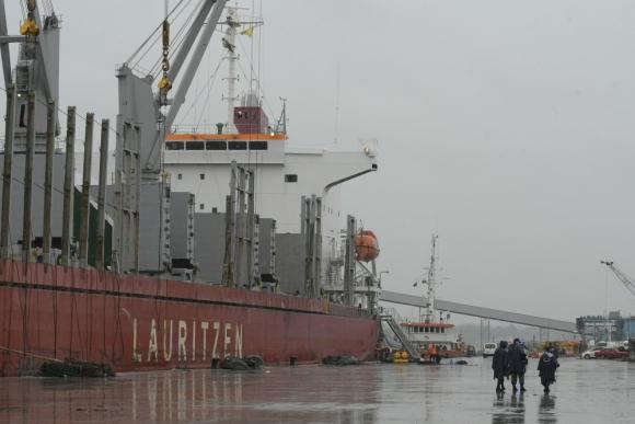 La muerte de dos jóvenes trabajadores conmovió al mundo portuario de Montevideo. Foto: L. Mainé