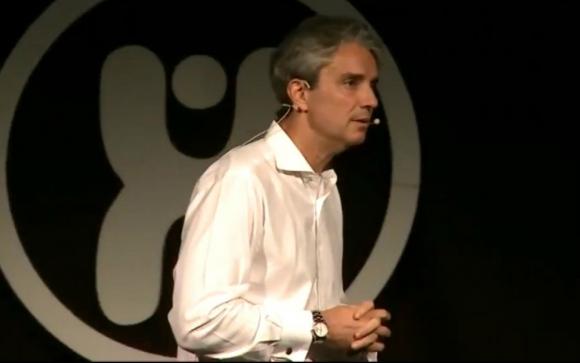 José Decurnex en una conferencia internacional